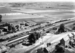 Vue aérienne de la gare d'Iwuy, années 1950-1960. (Coll. MB.)