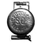 Diese metallene Spuckflasche, gefunden in Frankreich, unterscheidet sich nur durch die Markung auf dem Sprungdeckel: SPUTOLLA  S. G. Brevete 240