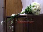 Verkleidung mit langen Gräsern, großen Blättern, Zierdraht, Perlen, Federn und Perlmuttplättchen