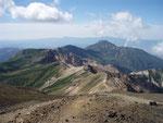 十勝岳からの富良野岳(後方は夕張山地)
