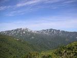 両古美山からの余別岳(左)と積丹岳(右)