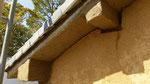 下屋の屋根が貼られた後に土壁を塗る。自然に乾くのを待ってから漆喰の塗りにはいる。