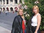 meine Schwester und ich vor der Arena