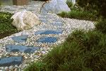 Trittplatten mit Steckkiesel in einem japanischen Garten