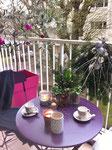 Privilège Jardin, balcon en tenue d'hiver, sapin, boules de Noël, bougies, jacinthes