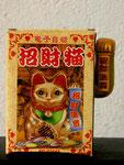 Katze im Karton  -  Chinesische Winkekatze, 2010
