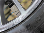フィアット アバルト695トリブート・フェラーリ の純正アルミホイールのガリ傷・擦りキズのリペア(修理・修復)前の傷のアップ写真1