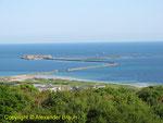 Die östliche Mole des Hafens von Cherbourg mit dem Fort de l'île Pelée