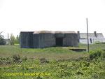 Vorderansicht der Kasematte Nr. 2 R679, sie dient noch als Unterkunft für Vieh