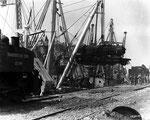 Eine Lokomotive wird entladen