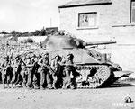 US-Infanterie rückt im Schutz eines Sherman M4 vor