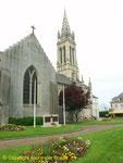 L'église Saint-Clair-et-Saint-Martin mit dem Denkmal für die 1st Infantry Division im Vordergrund