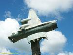 Nahaufnahme des Modells eines abstürzenden B-17 Bombers