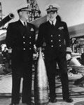Rear Admiral Carleton F. Bryant, mit einem deutschen Blindgänger, der die USS Texas traf
