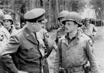 General Eisenhower im Gespräch mit einem Sargeant der 2nd ID