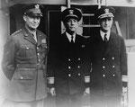 General Dwight D. Eisenhower, mit den Rear Admirals Kirk und Morton Deyo (rechts)