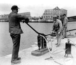 Luftzufurh für Taucher der British Navy, die deutsche Minen auf dem Grund des Hafenbeckens entschärfen