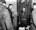 Generalleutnant von Schlieben unterzeichnet die Kapitulationsdokumente