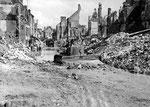 Aufräumarbeiten im zerstörten Valognes