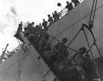 US-Soldaten verlassen einen US-Truppentransporter im Hafen von Cherbourg