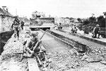 US-Engineers bei Reparaturarbeiten an der beschädigten Brücke von St-Fromond