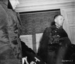 Generalleutnant von Schlieben wird von Major General Collins mit Hilfe eines Dolmetschers im Schloß Château de Servigny bei Yvetot-Bocage befragt IIII