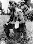 Deutscher Gefangener, der von US-Sanitätern versorgt wurde