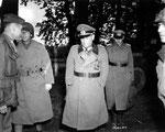 Generalmajor Robert Sattler auf dem Weg in die Gefangenschaft