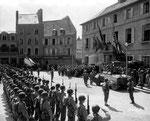 Siegesfeier des US VII Corps auf dem Rathausplatz von Cherbourg