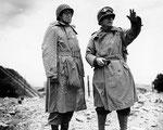 Lieutenant General Omar Bradley (links) und Major General Collins im Fort du Roule
