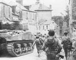 Panzer und Infanterie stossen vor