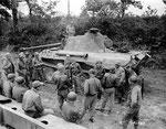 US-Soldaten untersuchen einen abgeschossenen Panther