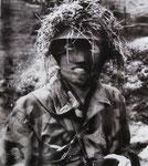 Ein Leutnant der Fallschirmjäger mit Gesichtstarnmaske