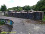 Unfertiger Geschützstand Nr. 1 für 24 cm Geschütz - Hier fehlte noch die Bunkerdecke über dem Geschützraum, außerdem wurde der Seitenschutz weggesprengt, um das Geschütz in Richtung Süden auf das Landesinnere auszurichten