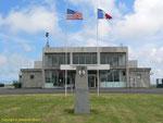 Flughafengebäude von Maupertus und Monument