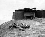 Viele überlebten nicht - toter Deutscher Soldat vor einem Bunker am UTAH Beach