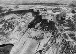Fort du Roule aus der Vogelperspektive I, deutlich sichtbar die nach Norden zeigenden Kasematten, die im Fels einbetoniert waren