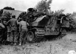 US-Soldaten untersuchen einen abgeschossenen Panther, auf dem Heck des Panzers liegen verbrannte Grenadiere, die während des Angriffes auf dem Panther aufgesessen waren