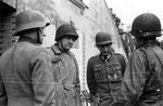 General Ira T. Wyche mit gefangenen deutschen Offizieren in Cherbourg