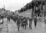 Lange Schlangen deutscher Kriegsgefangener marschieren aus Cherbourg in Richtung Gefangensammelstelle