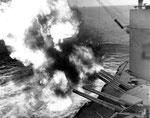 USS Nevada beschießt Landziele auf dem Cotentin