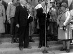 Bürgermeister Paul Reynaud während seiner Dankesrede, rechts Major General Collins, Kommandeur des US VII Corps