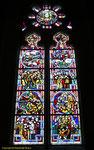Fenster in der Kirche von Biville, das an die Invasion erinnert