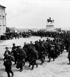 Deutsche Kriegsgefangene überqueren den Place Napoleon in Cherbourg