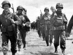 US Truppen der 4th ID marschieren durch das Überschwemmungsgebiet