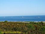 Blick auf die äußere, zentrale Mole des Hafens von Cherbourg. Klar erkennbar sind die drei Forts, die den Zugang zum Hafen schützten.