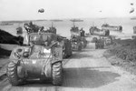 Sherman Tank des 32nd Armored Regiment verlassen den Omaha Beach