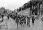 Das berühmte Namensschild von Cherbourg Ende Juni 1944 - Deutsche Gefangene marschieren zum UTAH Beach