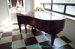 自然光が溢れる3Fスタジオのピアノのセット、
