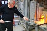 窯の中で溶かしたガラスを長い鉄竿の先端に巻きつけます。